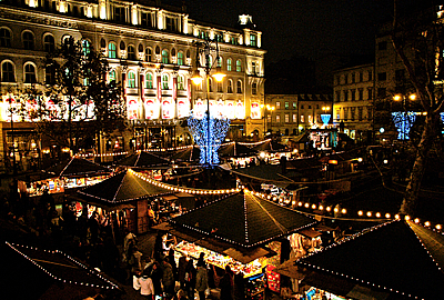 By using LED strings cities can save a lot on their Advent lectricity bills. In 2010 Budapest also decided to install LEDs on their street-lighting poles as shown here on Vörösmarty square, where Europe's nicest Advent market takes place.